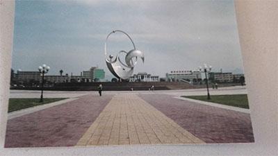 """气势宏伟的""""人与自然""""雕塑具有三种意义:第一,代表着用英文字母""""p""""""""g"""