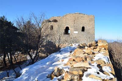 城墙大部分为石结构,部分墙段的垛口现可见为砖筑,现存墙体仅将军关城